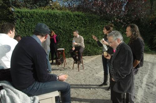 La discussion continue avec les participants autours d'un casse-croute.